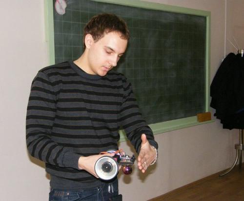 Vilniaus kolegijos studentas Deividas Lidžius pristato savo rankomis pagamintą robotą