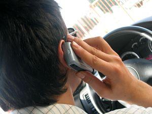 Vairuotojams lengviau vairuoti girtiems, negu šnekučiuojantis telefonu