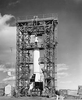 Nuotraukoje parodytas JAV poligone vykdomas V-2 raketos bandymas