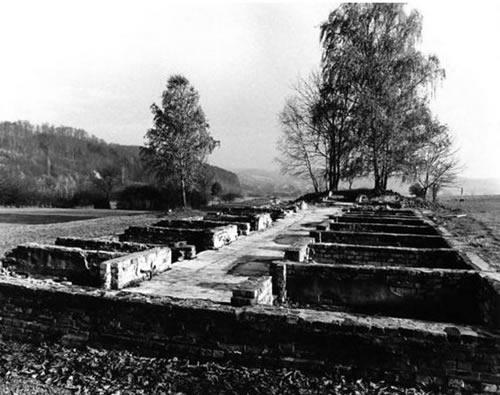 Po karo išlikę kalinių barakų pamatai