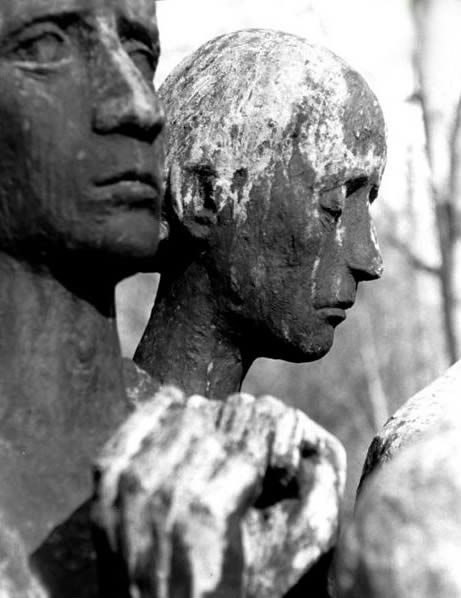 """""""Dora"""" monumentas. Skulptūros autorius Jurgen von Woyski (1964 metai). Skulptūra stovi netoli konclagerio krematoriumo"""