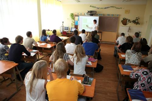 Pamoka Kuršėnų L. Ivinskio gimnazijoje, mokytoja naudoja interaktyvią lentą
