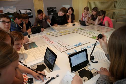 Mokiniai naudojasi tiesioginio ryšio tilto technologija