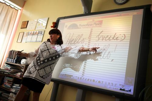 Mokytoja Tatjana Kriliuvienė pamokoje su interaktyvia lenta