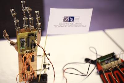 VGTU studentai sukūrė nuotoliniu būdu valdomą robotinę ranką