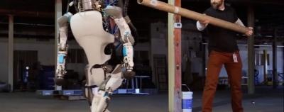Ar verslui tikrai naudingiau, jeigu žmones pakeistų robotai?