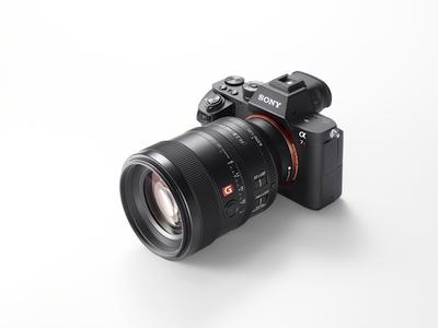 """Du nauji """"Sony"""" teleobjektyvai portretinei fotografijaiir kompaktiška blykstė"""