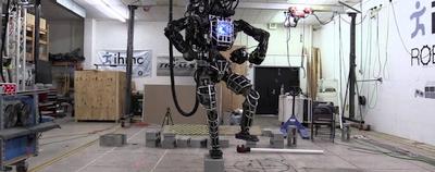 """Naujo algoritmo dėka humanoidas """"Atlas"""" galės vaikščioti sudėtingais paviršiais"""