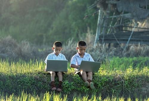 Internetas – pasaulis, kuriame vieni tėvai nepajėgūs apginti vaikų?