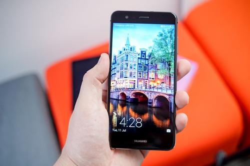 """Kai išmanieji flagmanai – ne kiekvieno kišenei: """"Huawei P10 Lite"""" apžvalga"""