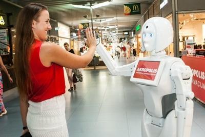 """""""Akropolyje"""" pradėjo dirbti pirmoji robotė–konsultantė"""