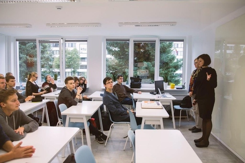 """Lietuviai seka """"Facebook"""" ir """"Microsoft"""" pavyzdžiu ir įrenginėja mokyklų klases"""