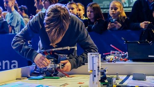 Vaikai iš dienos centrų ir vaikų namų kviečiami dalyvauti nemokamame robotikos projekte