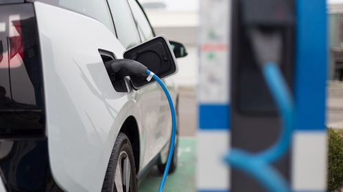 Dauguma lietuvių norėtų išbandyti elektromobilį