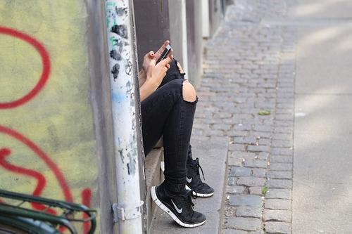 """Jaunimas """"prikepęs"""" prie išmaniųjų: nerimą kelia ne tik žalingas turinys"""