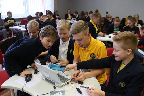 Kompiuteriukų dalybos penktokams finišo tiesiojoje – startuoja nacionalinis konkursas