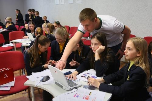 """""""Kompiuteriukai vaikams"""" išdalino 17 000 kompiuteriukų Lietuvos penktokams ir jau ruošiasi kitiems mokslo metams"""