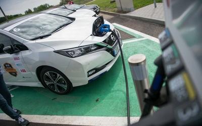 Apklausa dėl elektromobilių nustebino: žmonės neteisingai supranta vieną svarbų dalyką