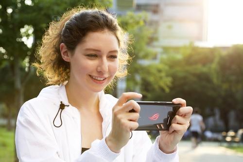 """""""ASUS"""" pristatė žaidimams skirtą telefoną"""