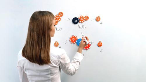 """""""Chem žetonus"""" sukūrusi dizainerė metė iššūkį nuobodžioms pamokoms"""