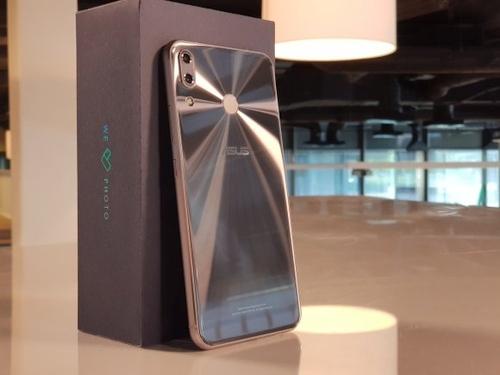"""Naujasis """"Asus"""" telefonas: galimybėmis prilygsta """"iPhone X"""", tik kaina daug geresnė"""