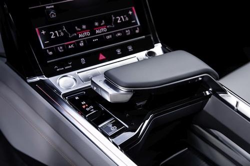 """""""Audi"""" atskleidė """"Audi e-tron"""" elektromobilio salono išvaizdą ir technologijas"""