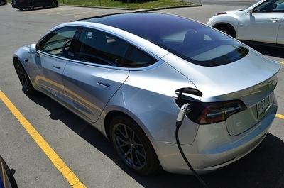 """Elonas Muskas netikėtai paskelbė apie naują """"Tesla"""" automobilį – tilps tik vienas žmogus?"""