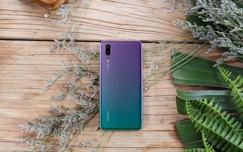 """""""Huawei"""" telefoną P20 nudažė pašvaistės spalvomis"""