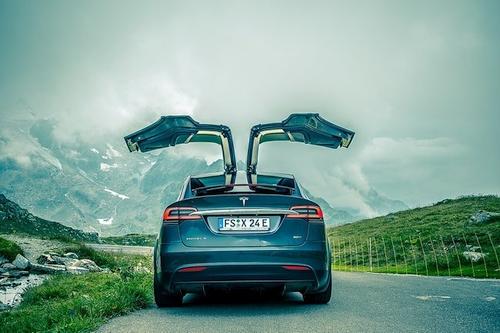 Elektromobiliai yra greiti ir galingi, bet kodėl tada jie negali patempti įprastų automobilinių priekabų?
