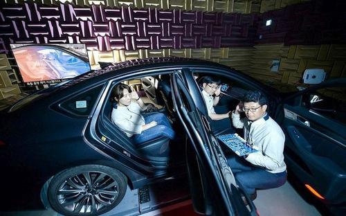 """""""Hyundai"""" ruošiasi pristatyti neregėtą technologiją – automobilio keleiviai galės klausytis skirtingos muzikos"""