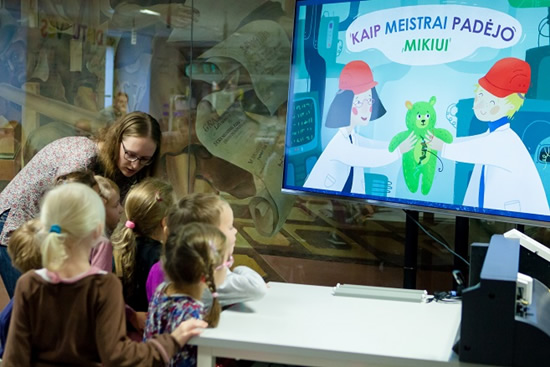 Pirmoji nemokama edukacinė-terapinė knygelė vaikams mokys juos tinkamai rūpintis žaislais