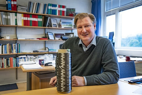 Professor Leif Asp with a coil surrounded by a new carbon fiber thread
