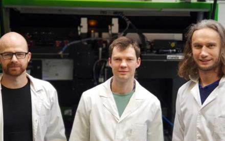 Iš kairės: doktorantas Andrius Žemaitis, laboratorijos vadovas dr. Paulius Gečys, projekto vadovas dr. Mindaugas Gedvilas © Edgaras Markauskas