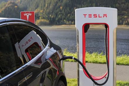 """""""Tesla"""" automobilių stabdžių prižiūrėti nereikės?"""