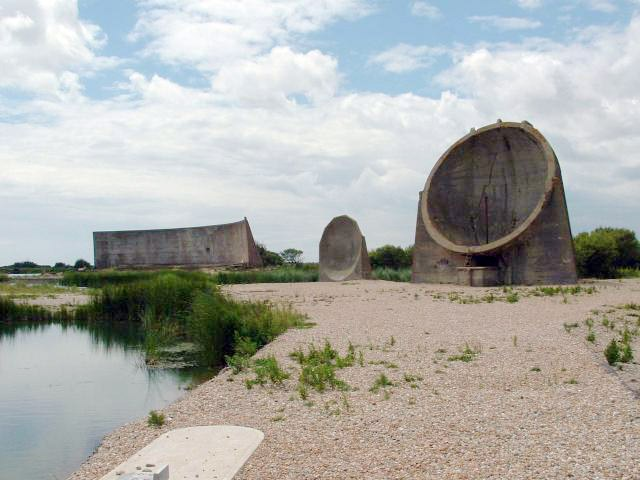 Įvairūs Denge bazės akustiniai veidrodžiai / © Paul Russon (CC BY-SA 2.0) | commons.wikimedia.org