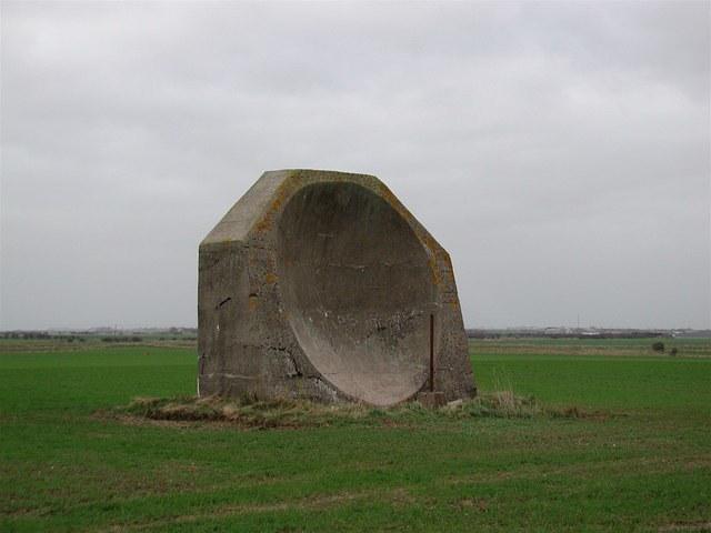 Šio akustinio veidrodžio aukštis – 4,5 m. / © Paul Glazzard (CC BY-SA 2.0) | commons.wikimedia.org