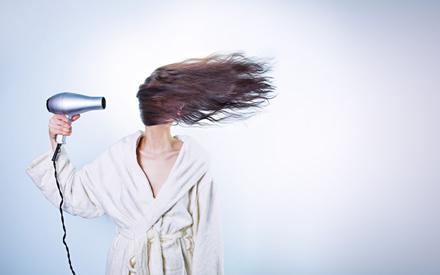 9 plaukų džiovintuvo panaudojimo galimybės buityje