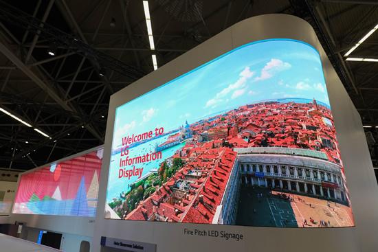 """Parodoje """"ISE 2019"""" – LG ekranų krioklys ir video rodantys langai"""