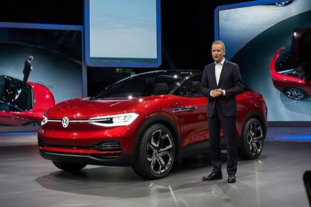 """""""Volkswagen"""" vadovo Herberto Diesso pareiškimas apie elektromobilių sektorių ir """"Tesla"""" kompaniją"""