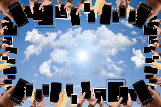 Titanų dvikova: apie kuriuos išmaniuosius telefonus dar kalbėsime šiemet?