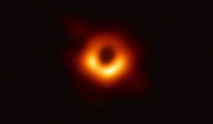 ES finansuojami mokslininkai parodė pirmąją juodosios skylės nuotrauką