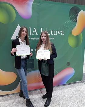 """Pabradės """"Ryto"""" gimnazijos dešimtokių Anastasijos Mitrofan ir Evelinos Lisovskajos programėlė padės pasirengti egzaminams / Pranešimo autorių nuotr."""
