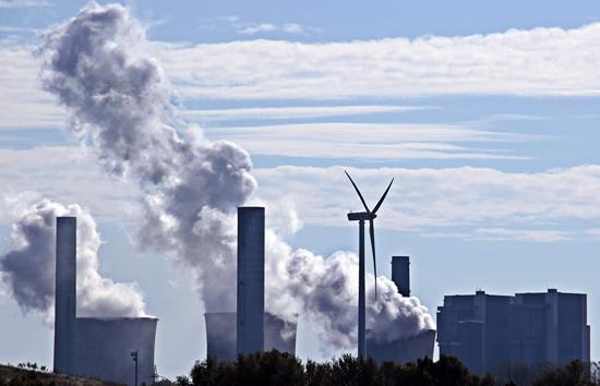 Nauja ataskaita rodo, kad iškastinis kuras jau yra brangesnis nei saulės ir vėjo energija ir kaip į tai reaguoja JAV