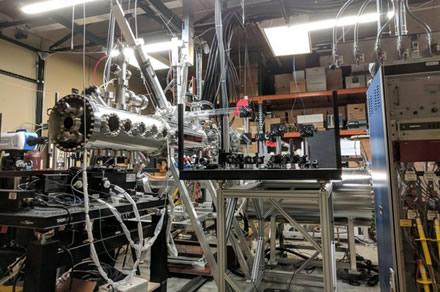 """Z-pinch"" įrenginys ""A&A's FuZE"" laboratorijoje © Vašingtono universitetas"