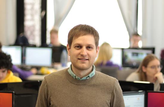 """Debesų technologijų bendrovės """"Hostinger"""" klientų aptarnavimo vadovas Darius Grigorjevas (nuotr. autorius Deimantas Strolia)"""