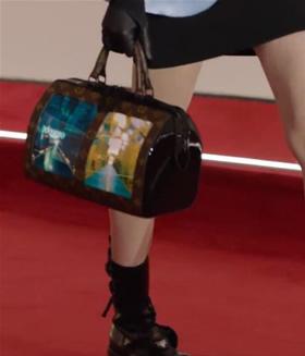 """Stopkadras / """"Louis Vuitton"""" rankinė su dviem ekranais"""