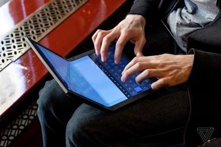"""""""Lenovo"""" pristatė pirmąjį pasaulyje nešiojamąjį kompiuterį su lanksčiu ekranu"""