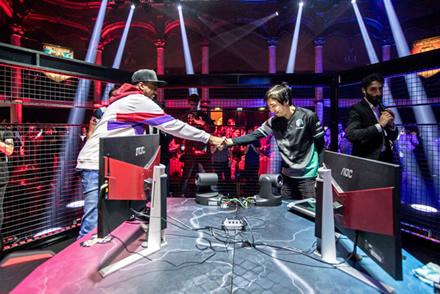 """EVO čempionas """"Problem X"""" spaudžia ranką nugalėtojui """"Fujimura"""" pasaulinių """"Red Bull Kumite varžybų finale, kuris vyko Paryžiuje 2018 m. lapkričio 11 d."""