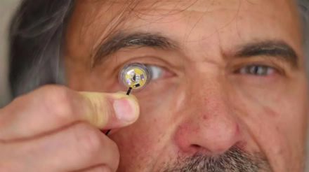 """Jean-Louis Bougrenet'as su naujuoju kontaktiniu lęšiu, kuriam energiją tiekia lanksti mikro baterija / ©""""IMT Atlantique"""""""