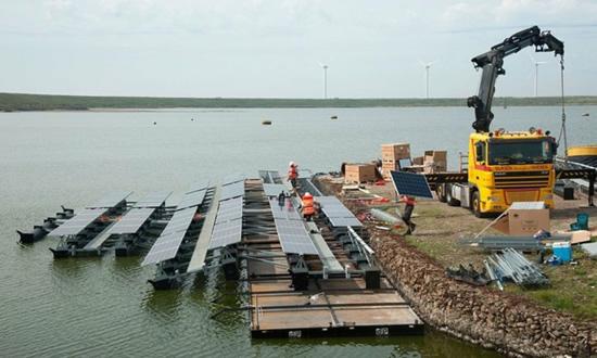 """Didžiausios pasaulyje plaukiojančios saulės elementų salos statybos jau prasidėjo© """"Floating Solar"""""""
